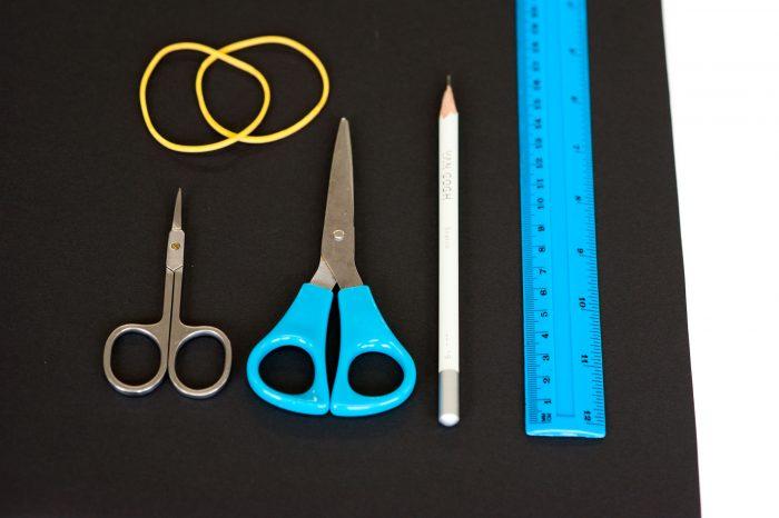 Benodigdheden: liniaal, potlood, elastiek, schaar, nagelschaar, zwart karton.