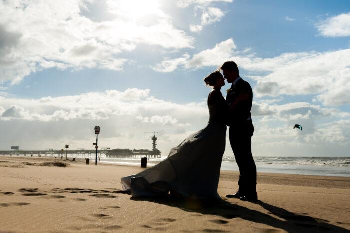 Silhouet van bruidspaar op het strand