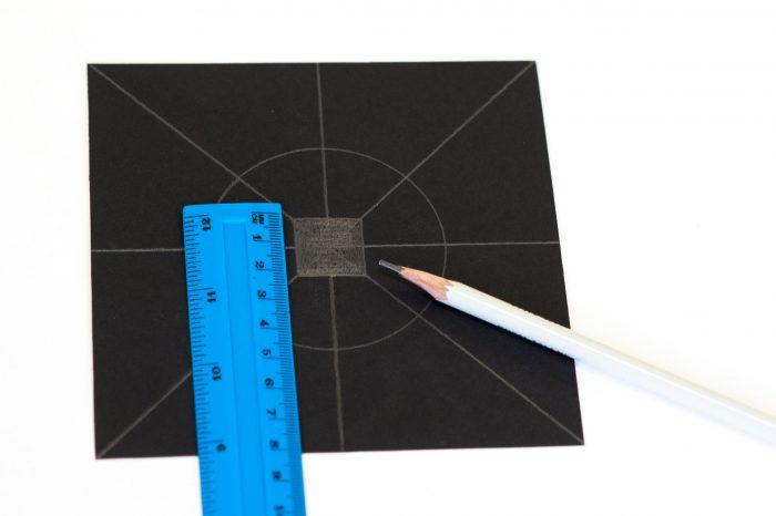 Teken in het midden een vierkantje van 2x2 centimeter.