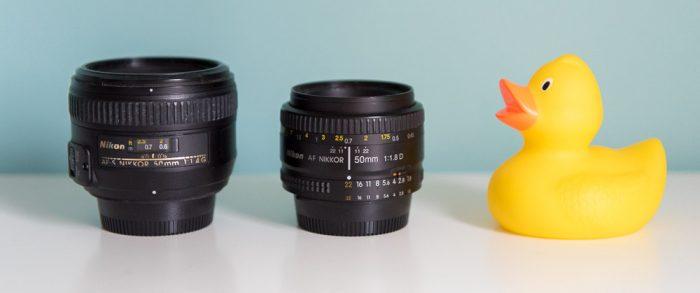 Links staat de 50mm 1.4 voor Nikon. In het midden staat de 50mm 1.8 voor Nikon.