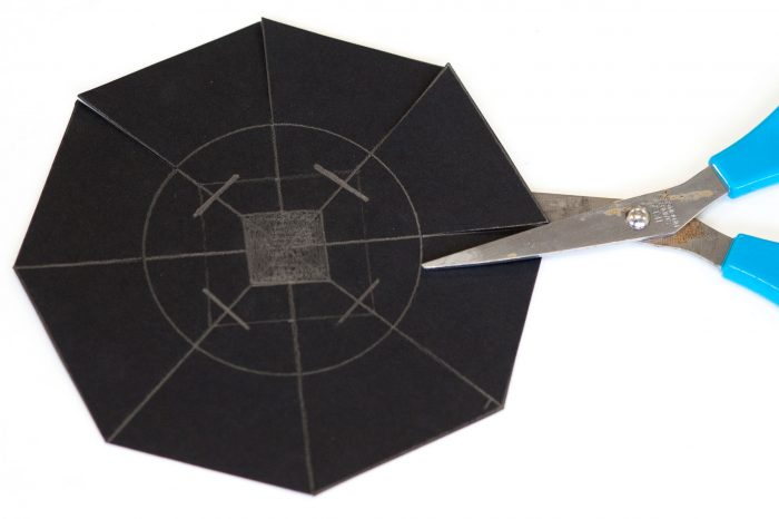 Maak nu een achthoek van het vierkant. De middelste lijn knip je in tot de cirkel.