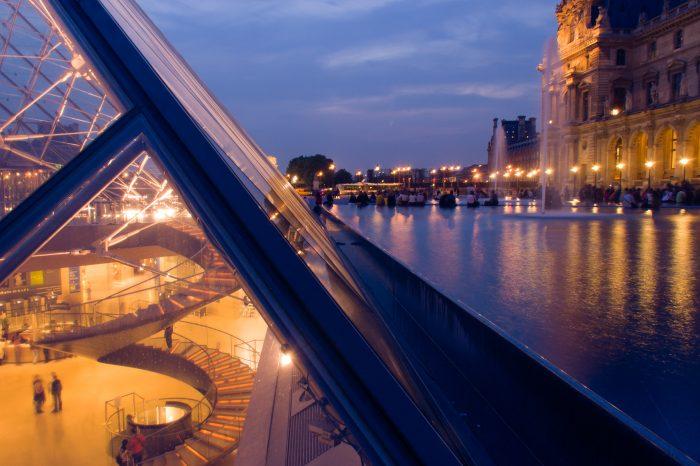Het Louvre in Parijs. De locatie en het standpunt maakte deze foto bijzonder. Overdag had ik deze foto niet kunnen maken, omdat het contrast tussen het licht boven de grond en in het museum (onder de grond) te groot was.