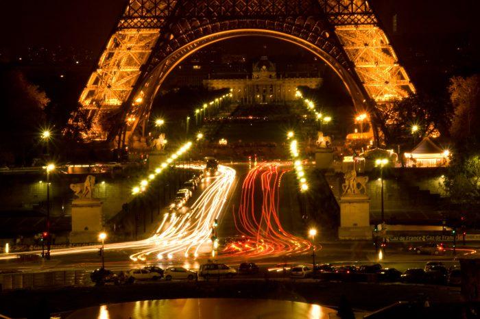 Lichtstrepen van het verkeer.