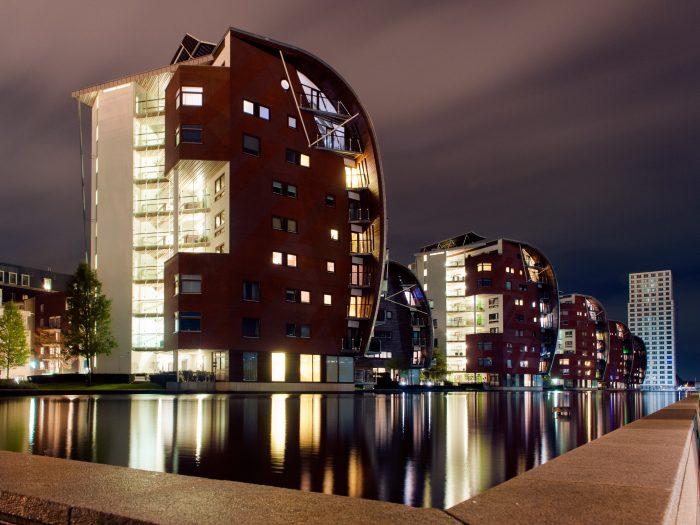 Hoe langer de sluitertijd bij nachtfotografie, hoe zachter en 'rechter' de reflectie zal worden in het water.