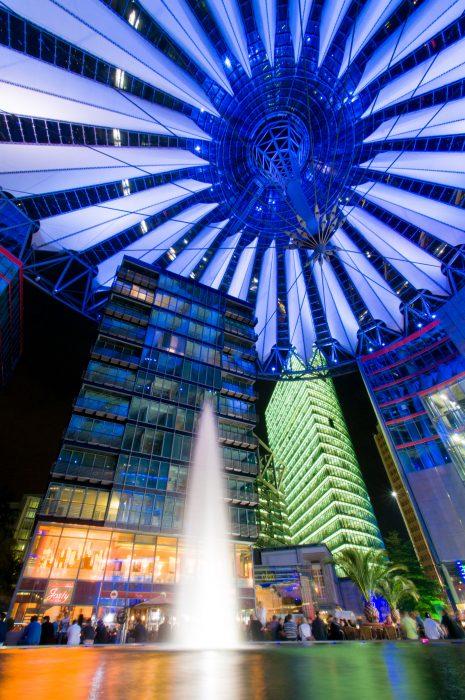 Het lage standpunt (kikkerperspectief) en het groothoekobjectief maakten de koepel van het Sony Center in Berlijn een belangrijk deel van de compositie. Door de sluitertijd van 6 seconden werd het water van de fontein wazig.