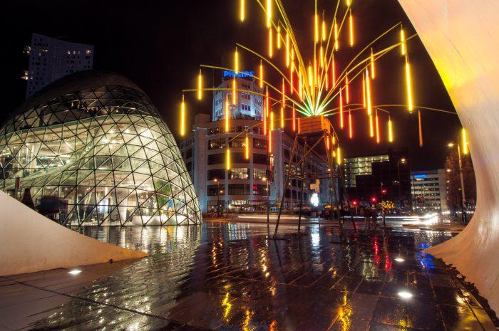 Tijdens het GLOW lichtfestival regende het één avond behoorlijk. Vanonder de overdekking van de fietsenstalling maakte ik dit beeld.