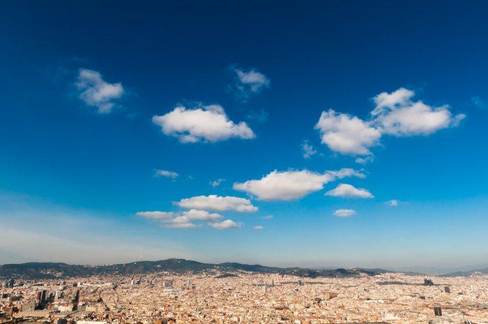 ...maar blauwe lucht met nog een paar wolkjes zijn vaak net nog wat gaver. (Barcelona, Spanje)