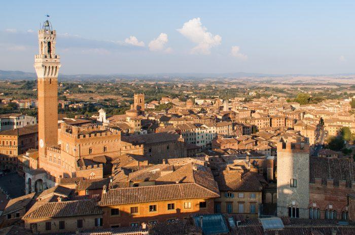 dan bijvoorbeeld vlak voor zonsondergang, tijdens het zogenaamde gouden uurtje. (Siena, Italië)