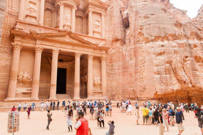 Het tijdstip van de dag is van invloed op de drukte bij bekende toeristische attracties. 's Middags was het heel erg druk bij de schatkamer in Petra, Jordanië.