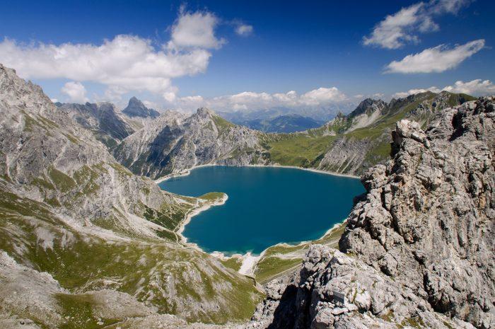 Door dit bijzondere standpunt lijkt het meer (de Lünersee in Oostenrijk) op een hart.