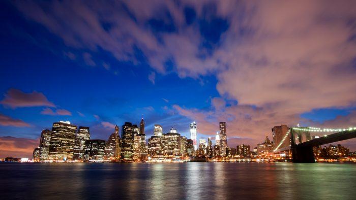 Het blauwe uurtje is het best zichtbaar als het onbewolkt is. De wolken weerkaatsen hier het licht van de stad.