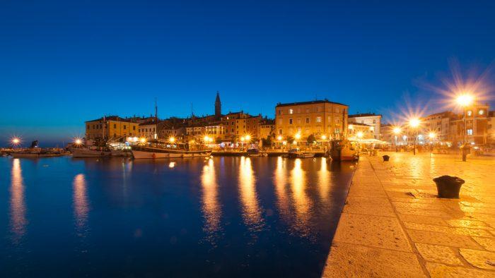 Het blauwe uurtje in de avond. Het geel van de straatverlichting contrasteert mooi met het blauw in de foto. Door de verlichting krijgt de foto wel een hele andere sfeer.