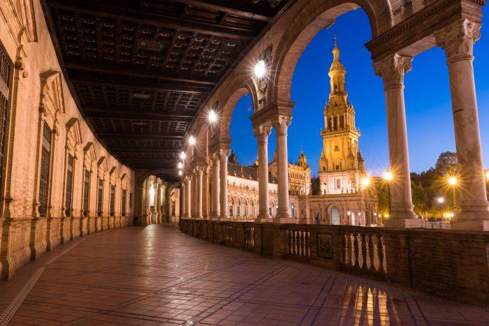 Het blauwe uurtje in de avond. De toren van Plaza de Espagna is mooi in een kader geplaatst.