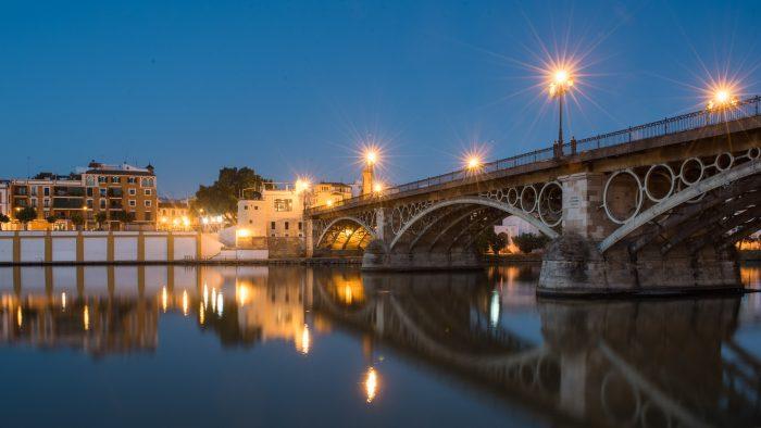 Het blauwe uurtje voor zonsopkomst in Sevilla. Door te fotograferen met een klein diafragma, veranderen de straatlantaarns in sterretjes.