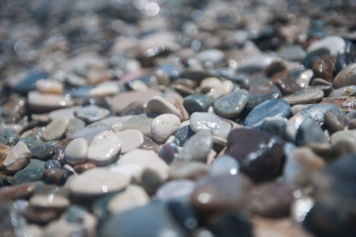 Op hetzelfde strand fotografeerde ik opnieuw de kiezelsteentjes, nu in de middag. Het bokeh effect was opnieuw heel anders door de andere richting van het licht.