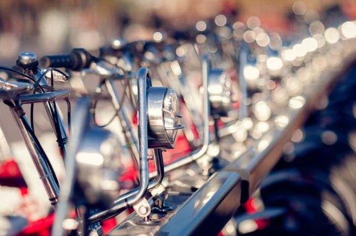 Het bokeh effect kun je ook krijgen door metaal dat licht reflecteert, zoals hier het geval is bij de fietsen