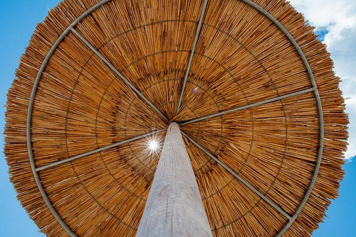 Cliche vakantiefoto's: rieten parasol