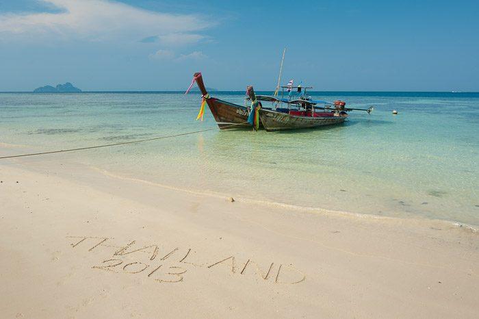 Cliche vakantiefoto's: Schrijven in het zand