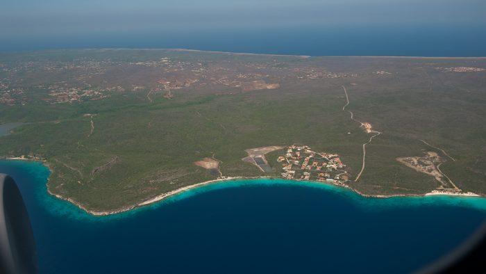 Curacao vanuit de lucht. Het strandje helemaal aan de rechterkant is Cas Abou.