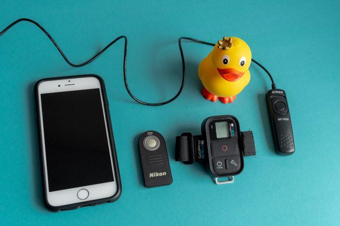 Van links naar rechts; smartphone, afstandsbediening voor Nikon (ML-L3), afstandsbediening voor GoPro, draadontspanner voor Nikon (MC-DC2)