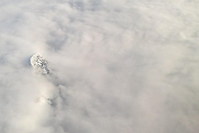Een bergtop vanuit de lucht
