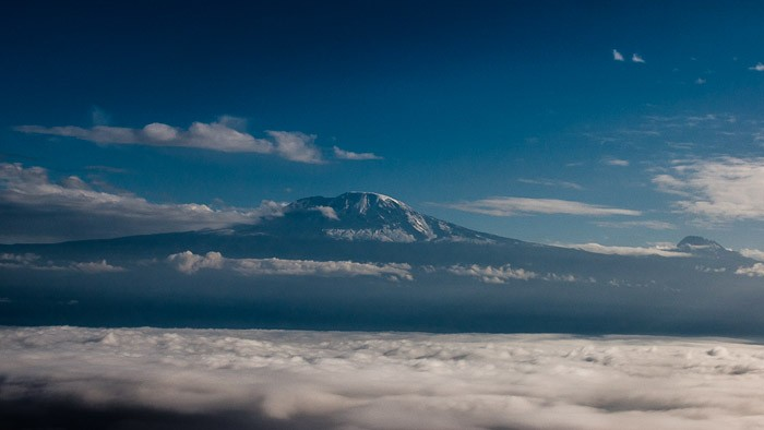 Mount Kilimanjaro boven de wolken
