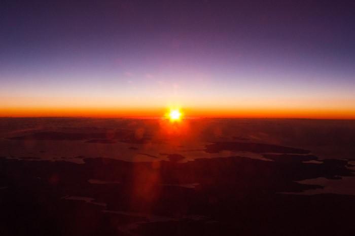 Zonsondergang vanuit het vliegtuig gefotografeerd