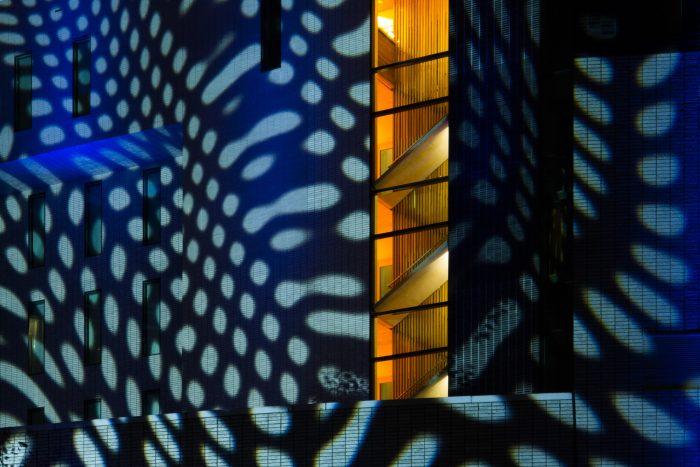 Het gele licht van binnen geeft een mooi contrast met de licht blauwe projectie. Het beeld werd door het inzoomen abstracter.