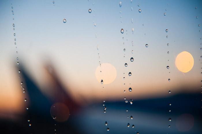 De druppel op het vliegtuig raam