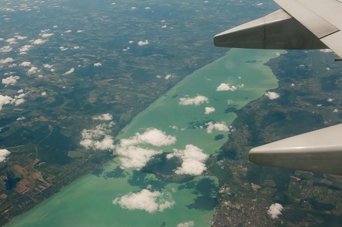 Een groen meer vanuit de lucht gefotografeerd