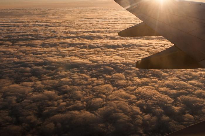 De wolken hebben een prachtige kleur na zonsopkomst
