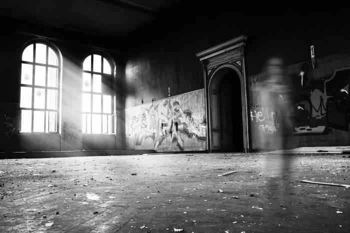 In deze foto van Erik Müller past de gefotografeerde geest mooi bij de setting. Het spook is nog wel bewogen. Als je dit niet wilt, moet de persoon echt helemaal stilstaan.