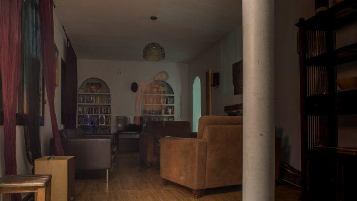 Help, een geest in de woonkamer!