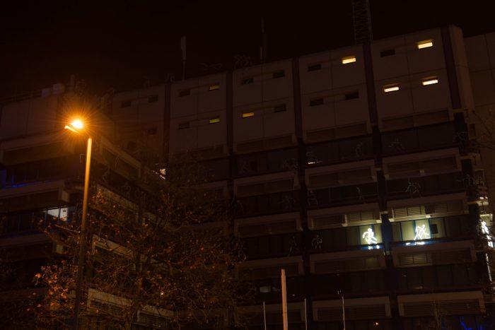 Dit was een leuk lichtkunstwerk op het politiebureau van Eindhoven. Telkens lichte er een andere poppetje op, waarmee een achtervolgensscene van boef en politie werd nagespeeld. Alleen op de foto komt dit nu natuurlijk niet goed over.