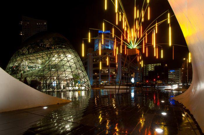 Natte straten geven mooie reflecties van de lichtjes.