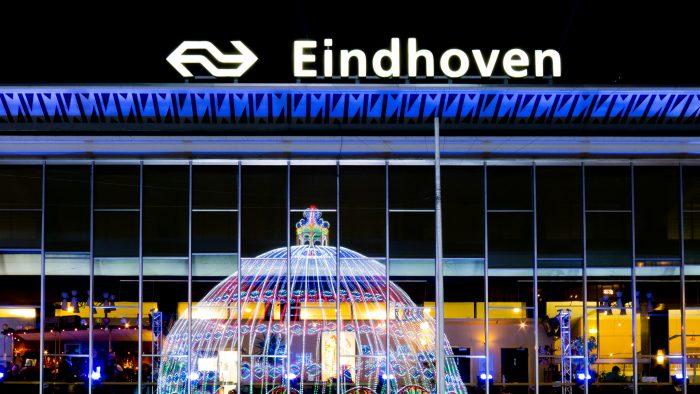 Voor het station in Eindhoven stond een enorme koepel met gekleurde LED-lampjes. In plaats van de koepel van een afstandje in beeld te brengen, fotografeerde ik de reflectie in de ramen van het station.