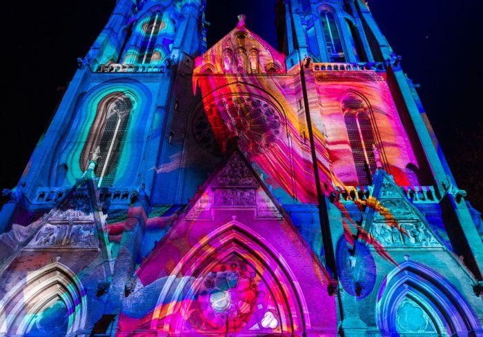 [Confluence door Ocubo Criativo, 2018] Bewegende projectie op de St. Catharinakerk.