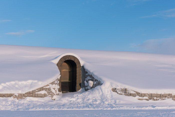 Buitenkant van het Icehotel 365. Als ik het goed begrepen heb is het een stenen gebouw met daarin dus eigenlijk koelkamers ;)