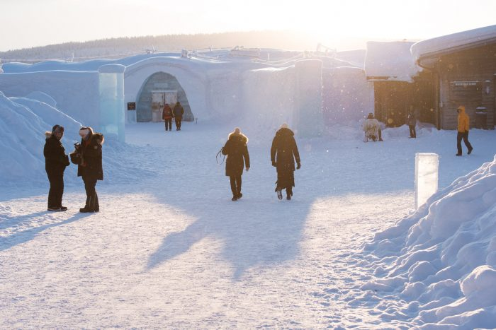 Aan de linkerkant zie je de ingang van 'warme' gebouw voor de gasten van het ijshotel.