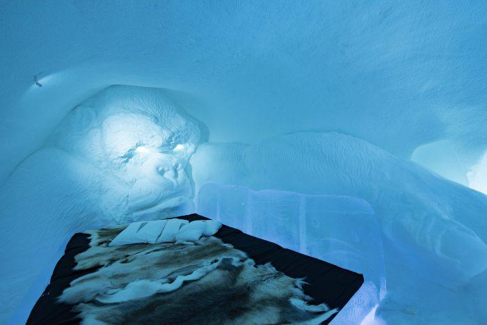 Grote gorilla King Kong naast je bed in het ijshotel #28
