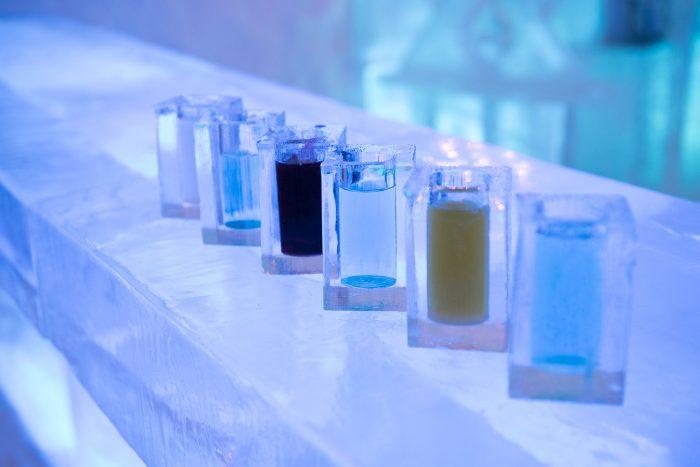 6x cocktails in een 'beker' van ijs. (Die trouwens gewoon weer 'afgewassen' en hergebruikt worden')