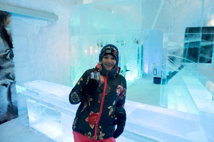 Proosten met een cocktail in de icebar