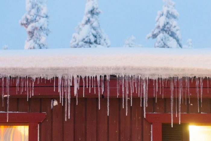 Ijspegels aan het dak in Lapland