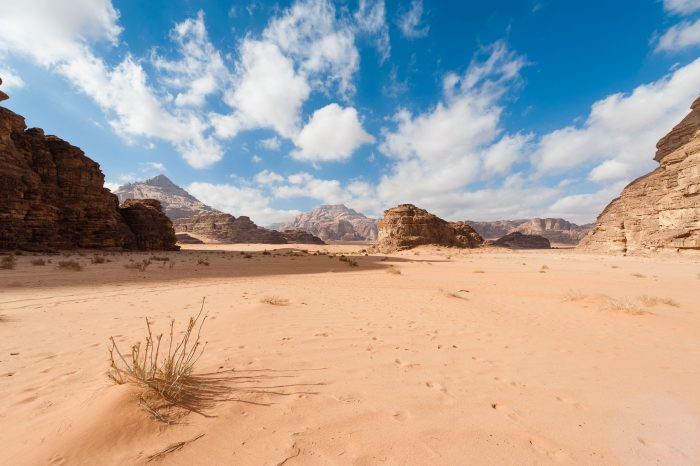 Deze wolkenlucht maakte mij intens blij tijdens een tweedaagse wandeltocht door de Wadi Rum woestijn (Jordanië).