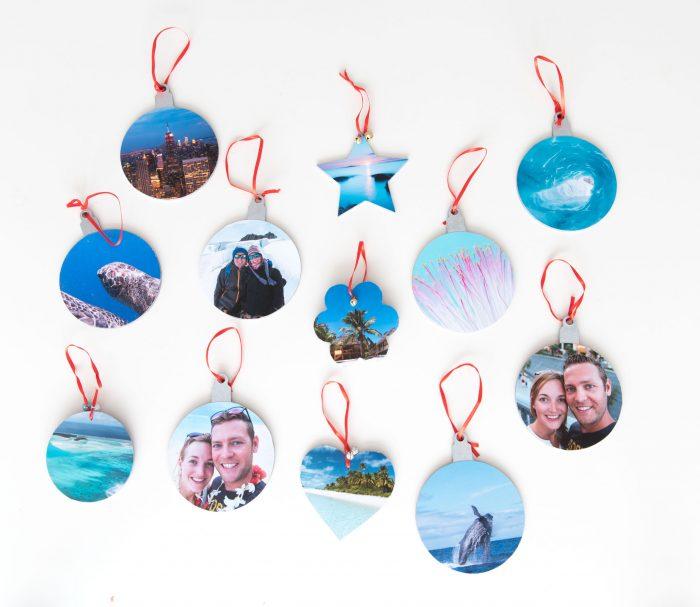 De kerstballen aan de lintjes. Voor deze zijde gebruikte ik veel foto's met blauwtinten...
