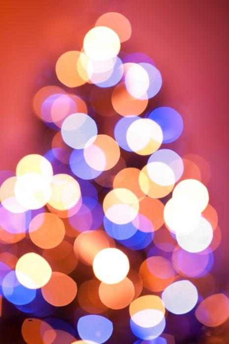 Onscherpe bokehrondjes van de kerstboom. Door ook de spelen met de witbalans werd de foto mooi rood.