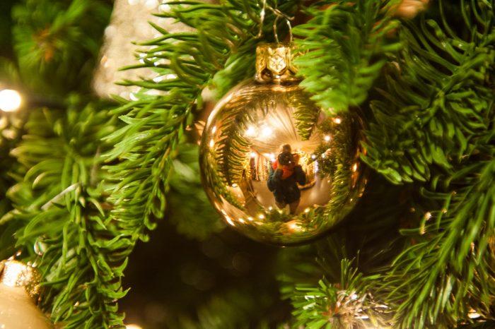 Maak eens een zelfportret in een glimmende kerstbal
