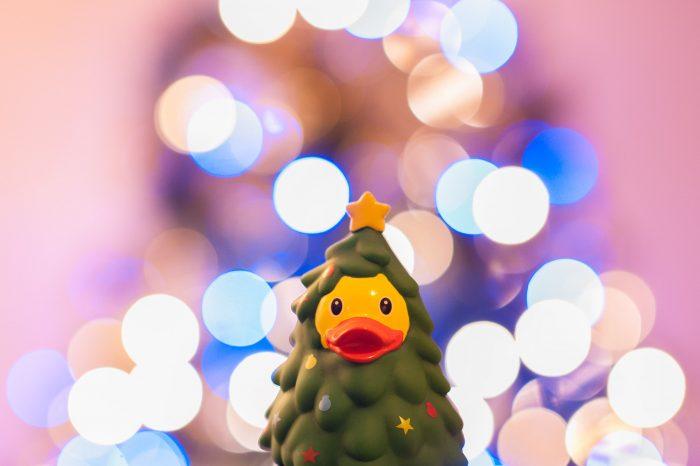 Wil je grotere bokehrondjes? Maak dan de scherptediepte nog kleiner. Bijvoorbeeld door de scherpstelafstand te verkleinen, meer in te zoomen of een groter diafragma in te stellen. Of vergroot de afstand tussen het onderwerp en de kerstboom.