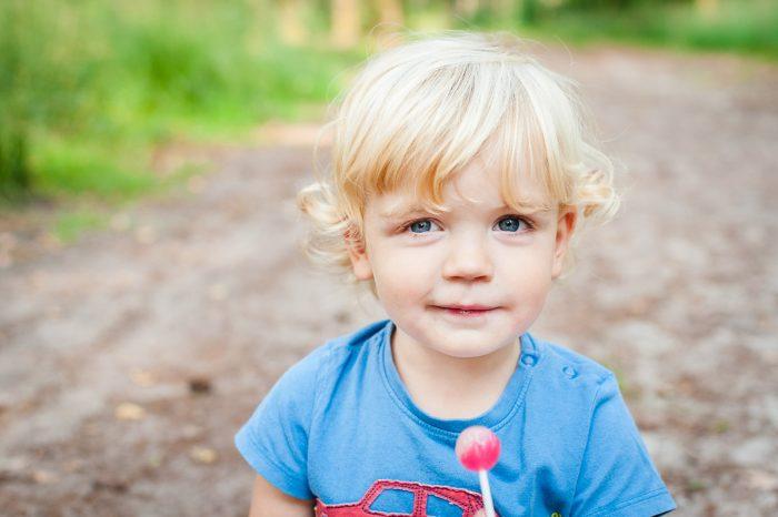 Kinderen niet chanteren met bijvoorbeeld een lolly, want die krijg je dan ongetwijfeld op de foto