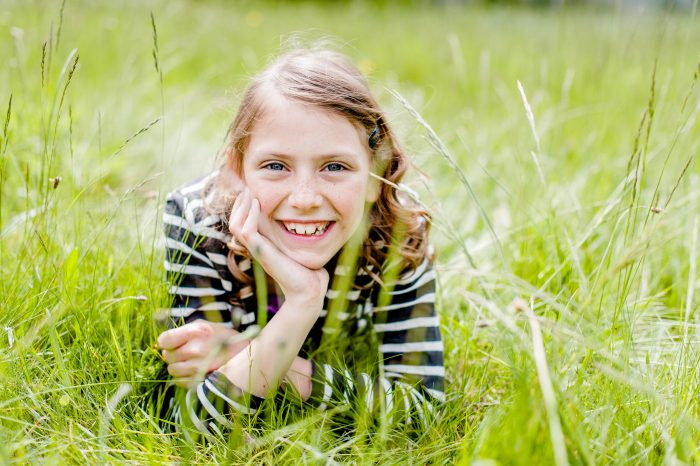 Niet alleen het meisje ligt op haar buik in het gras, ik doe dat ook!